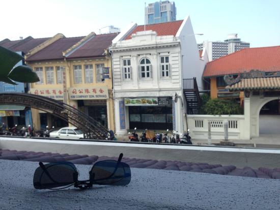 Chulia Mansion: 餐厅阳台外的怀旧街景