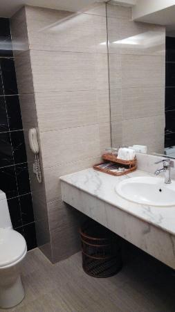Ronghu Lake Hotel: IMG_20160327_210433_large.jpg
