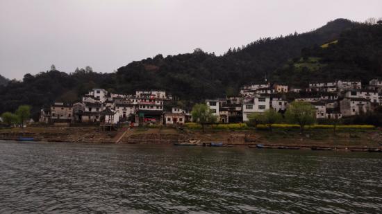 She County, Cina: 江岸的徽派民居