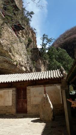 Yu County, Kina: 赵氏孤儿的发生地,程婴救孤的故事不是很明白,显然小时候历史没学好……不过艳阳天这里的风景还是很美丽,群山之中拐角就可以看到一座古寺。顺带逛了附近的大汖鱼岛,欣赏了古村落,晚上跑了温泉,没能和7