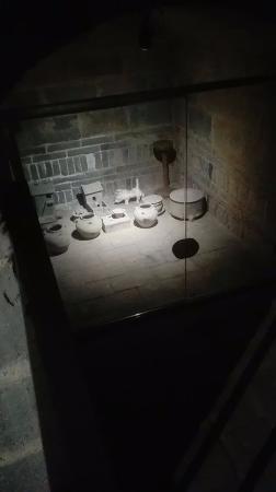 Luoyang, Çin: 古墓博物馆,一比一复原的墓室,灰扑扑的古朴随葬品,有种历史的沉重感