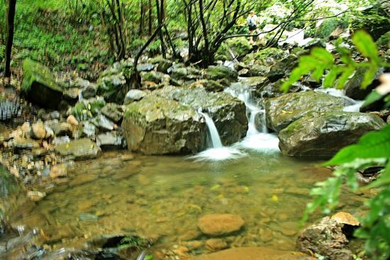 湖南省中方县: 清澈的溪水滔滔不绝