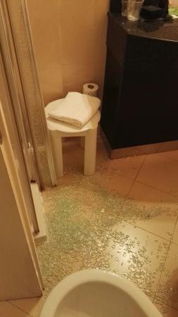 "CDH Hotel La Spezia : 晚上洗澡时淋浴房门的一整块玻璃全部碎下来。。。。第二天我问服务生是否应该赔偿我们,他用树懒版的口吻说""oh sorry,it is an accident~there's coke in th"