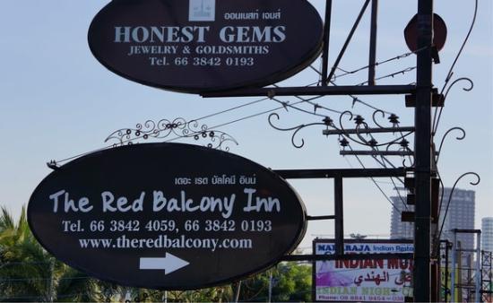 The Red Balcony Inn: 招牌