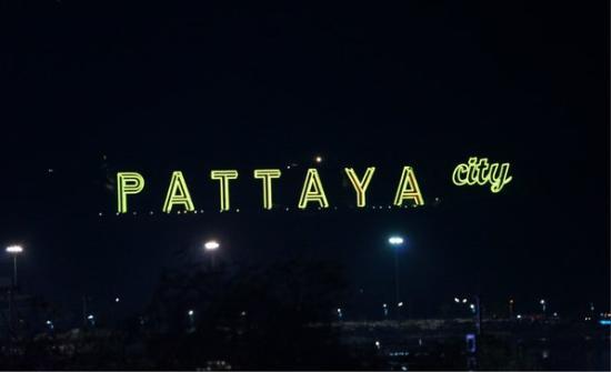 The Red Balcony Inn: 夜晚的PATTAYA