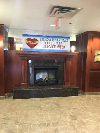 Holiday Inn Express Hotel & Suites Hinton: 环境优美,座落在贾斯伯小镇外面的必经大道上,酒店设施较新,房间陈设满足旅行生活必须,洗手间很赞很大
