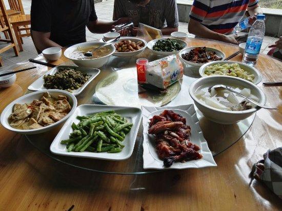Pan'an County, China: 就在舞龙峡景区口子上。 团队餐10人13个菜。菜品中等。