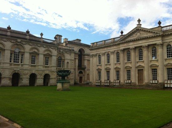 紧挨着冈维尔凯厄斯学院的剑桥参议厅(Senate House)