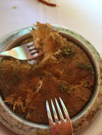 Gulhane Sark Sofrasi: 这家店颠覆了我对土耳其美食的理解,可谓是我在土耳其吃的最好吃的地方,羊排和咖喱鸡肉超级好吃,老板自己做的辣椒甜酱更是一绝,青菜甜脆爽口,连小孩子喜欢吃的土豆条都香脆无比,隆重推荐。图片是老板送