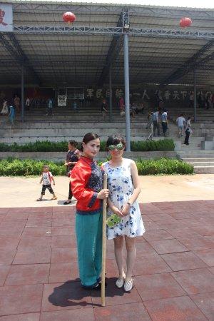 Yishui County, China: 和红嫂来个合影