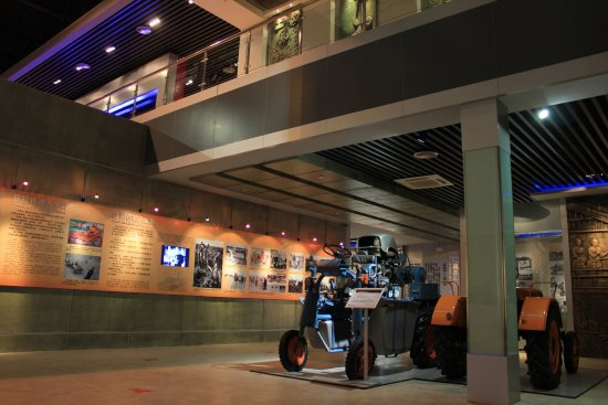 Luoyang, China: 进口拖拉机