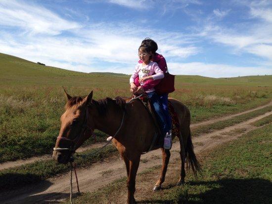 Chifeng, จีน: 在乌兰布统草原骑马
