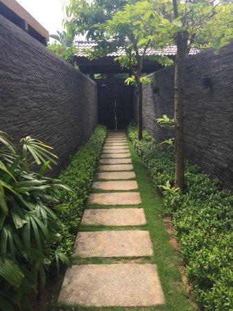 Narada Resort & Spa  Perfume Bay: 进院中的走廊
