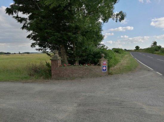 Bedale, UK: Elmfield house庄园被田地,原野和树林包围,风景优美,房间极其舒适,窗外是起伏的麦浪,吃草的羊群。通往公路的乡间小路很适合散步,清晨,午后 傍晚风景都不一样。女主人Kirsty性格