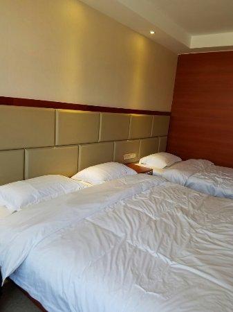 Keshiketeng Qi, Çin: 温泉入户双人浴缸,家庭房一张大床一张单人床,住宿含早餐,很不错的体验!
