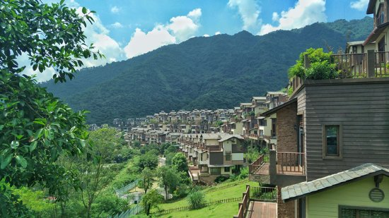 Fogang County, China: 别看这温泉小镇不是很大,可有山有水有树林,身为广州后花园,这可是名副其实的天然大氧吧,坐落于羊角山风景区,被一排排的山给包围着,真是横看成岭侧成峰,远近高低各不同,可相同的是一座座别致的小别墅
