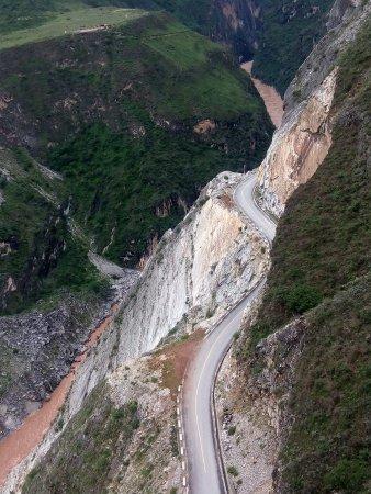 Condado de Shangri-La, China: 在江面上悬崖绝壁上的公路也是这么的奇美