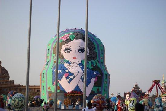 Manzhouli, China: 俄罗斯套娃广场