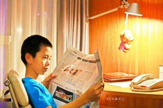 Marco Polo Shenzhen: 孩子在客房看报纸
