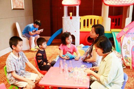 Marco Polo Shenzhen: 老师在给孩子们上辅导课