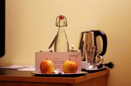 Hotel Sternen Muri: 酒店赠送的水果,巧克力和矿泉水
