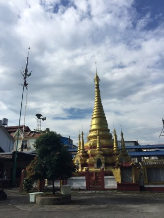 Mangshi, Chine : 不知是不是傣族日历,今天做大佛事,很多人聚集在佛堂,和尚一直在诵经。所有人穿的都是传统服装,只是没有年轻人。