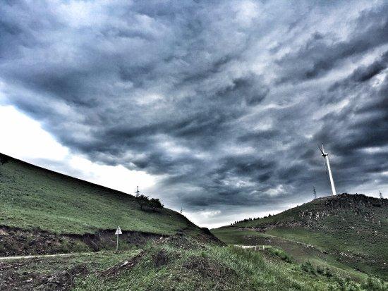 Zhangbei County, China: 坝上沿途风景,风雨欲来