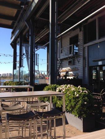 Flying Fish Restaurant & Bar: 有个室外酒吧,环境特好