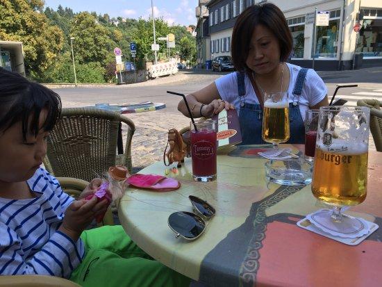 Weilburg, Allemagne : 去森林看小鹿,路过这家餐厅,决定喝杯啤酒,照例又给宝宝点橙汁。老婆崩溃了,起身去点了一杯下面是香蕉上面据说是樱桃的果汁,尝了一口,真心挺好喝。一群骑士拉轰走了,啤酒味道赞,微风拂面,岁月静好,