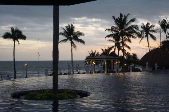 Rawi Warin Resort & Spa: 泳池里看落日真心不错,出门左手边的按摩店的按摩超正。