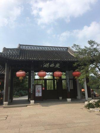 Yangzhou, Κίνα: 景色很美……虽然一个人转的,但是一点都不恐怖,还有小鸭子,坐在五亭桥上,当风吹过的时候,亭子角上的都会响起来,感觉清爽及啦……一切烦恼似乎都被吹走了……没票120元,虽然有点小贵,但是还是