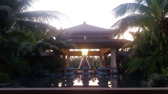 Lingshui County, Κίνα: 在一片椰林中的酒店大门