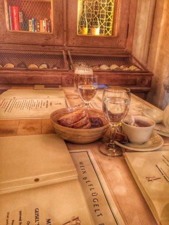 Geisel's Vinothek: 无意间走进的餐厅,第一眼就喜欢它的布置和格调。很多藏酒,年份都是爷爷奶奶的年纪了。东西也很好吃,鳕鱼很嫩,老公点的牛肉也是很嫩,而且连配菜土豆都很好吃!推荐!