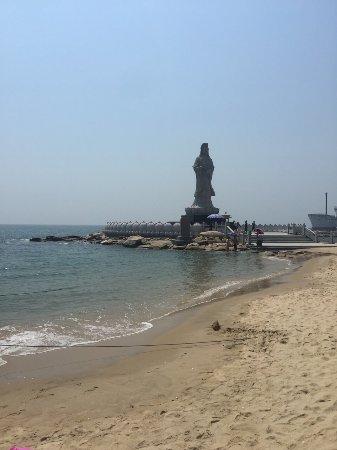 Shishi, China: 一个人去的,开学前一天人很少,一个人坐了一艘船…海水相对来说还没那么那么賍,当地人印象不错,都很真诚热情。海滩不大,寺庙边有新鲜海鲜吃,价格还实在。如果没有时间去其它大一点的海滩边玩,可以去这