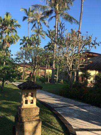 Patra Jasa Bali Resort & Villas: 跟团游入住这家老牌五星级酒店,套房很宽敞,两边都有阳台,清晨都有阳光照进来。园林很美,私家海滩沙子细腻,住的很舒适。