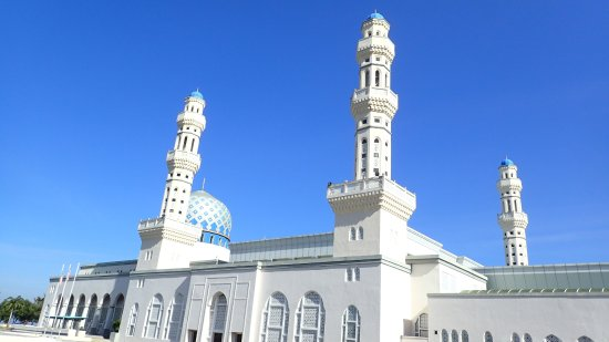 Kota Kinabalu City Mosque: 蓝天配白寺