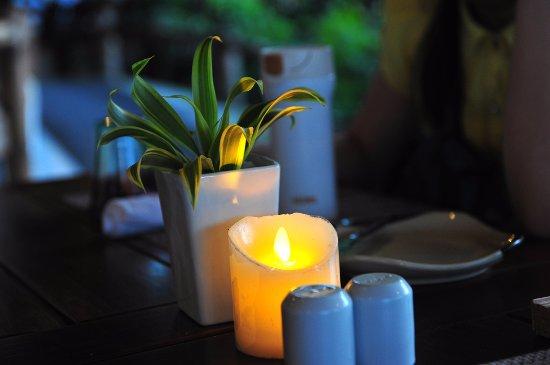 Marlin: 温馨浪漫的烛光,其实是电子蜡烛,很环保。