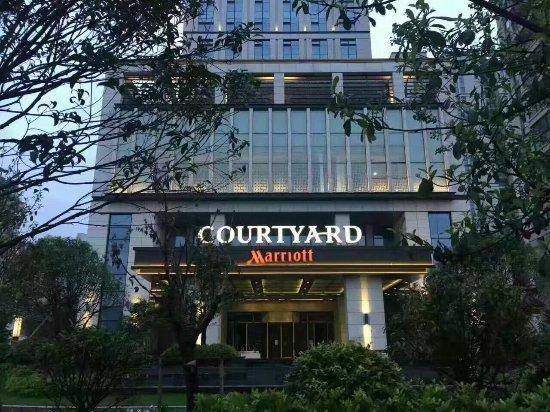 Xinchang County, الصين: 昨天拍到的,新昌第一家国际品牌哦,期待期待!