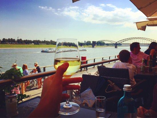 Limani: 一坐下来看到这样的风景,只想来一杯白葡萄酒冷静一下了