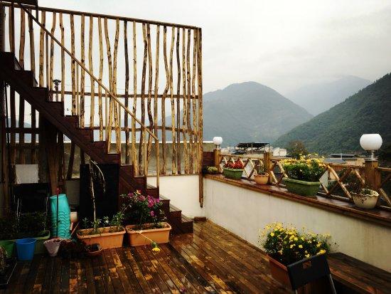 Kangding County, Çin: 在這裡住了兩個晚上,老闆很熱情很好聊,樓頂就是一個陽台裝飾得很好看,窗戶看出去就是雪山,天氣好直接能看到日照金山了,不過就是因為天氣所以這次沒看到。