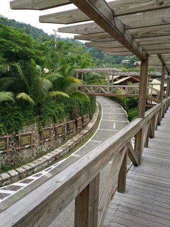 Areca Valley Tourist Resort of Hainan Ganza Ridge Primitive Culture : 从停车场长廊往下看