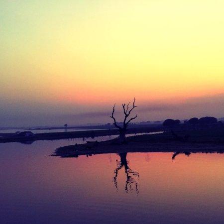 Amarapura, Myanmar: 在桥上可以看到水面一隅