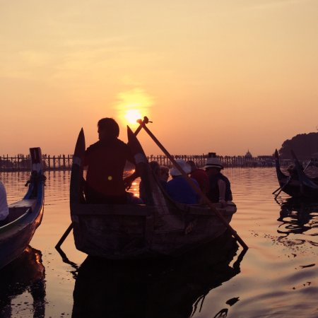 Amarapura, Myanmar: 夕阳下的水面与小舟