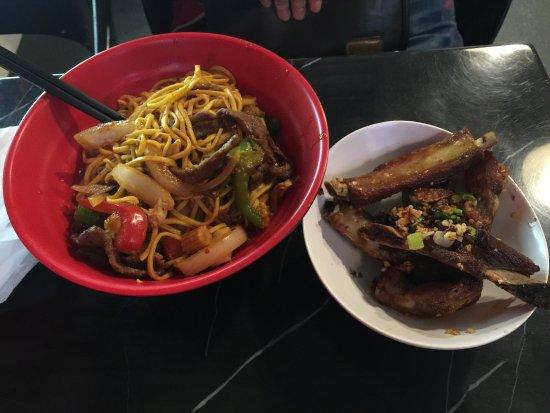 Red Box Noodle Bar: 炒麵的味道比較鹹又很甜,不是純辣那種。應該選評論中的湯麵,湯麵味道應該應該比較鮮。