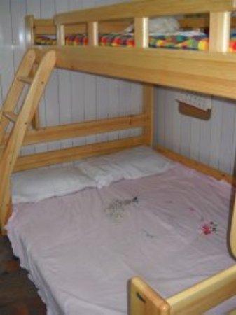 Kaifeng, China: 多人间  两个这样的床 可以住6人