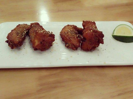Tieling, Kina: 雞翅是椒鹽黑胡椒的陪的青檸!很好吃呦