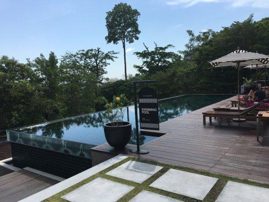 Villa Zolitude Resort and Spa: 餐厅外的公共泳池,人非常少,环境很安静