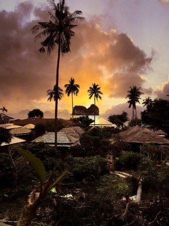 Ko Ngai, Thailand: 隔壁THANYA酒店有条翻山的小路可以到达岛的另一面海滩
