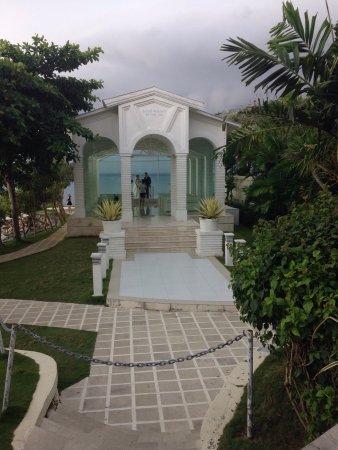 Blue Point Bay Villas & Spa: 一个真的不用去的地方!无边泳池只对住客开放,游客只能在限制区域远远地看看。如果冲着玻璃教堂去,那就更不用去了,离教堂还有十米就被拦开,根本没什么意思。进入酒店要买门票100k的价钱,下午茶只有