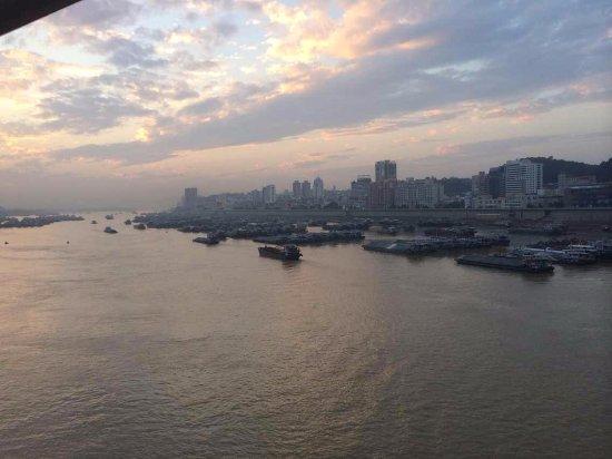 Wuzhou, Chiny: 在云龙桥上看到的,梧州水路
